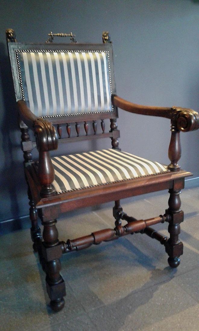 Stoffering van antieke stoel