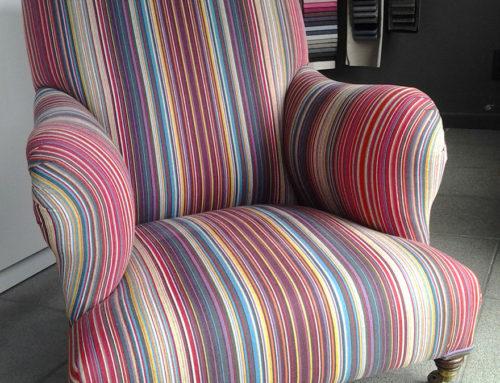 Stoffering van zetel met kleurrijke stof